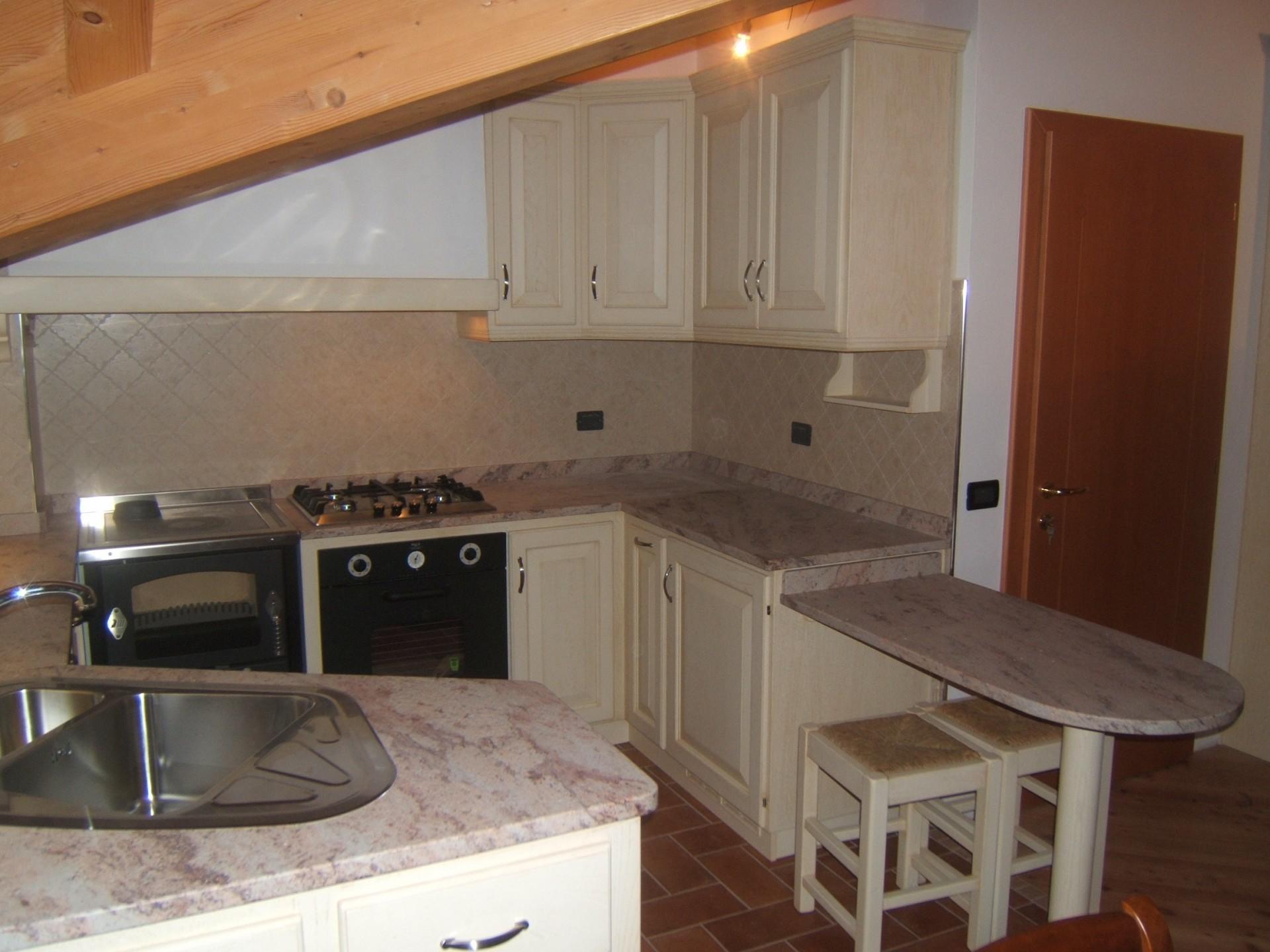 cucina sottotetto country costruita artigianalmente su misura ... - Costruire Cucina