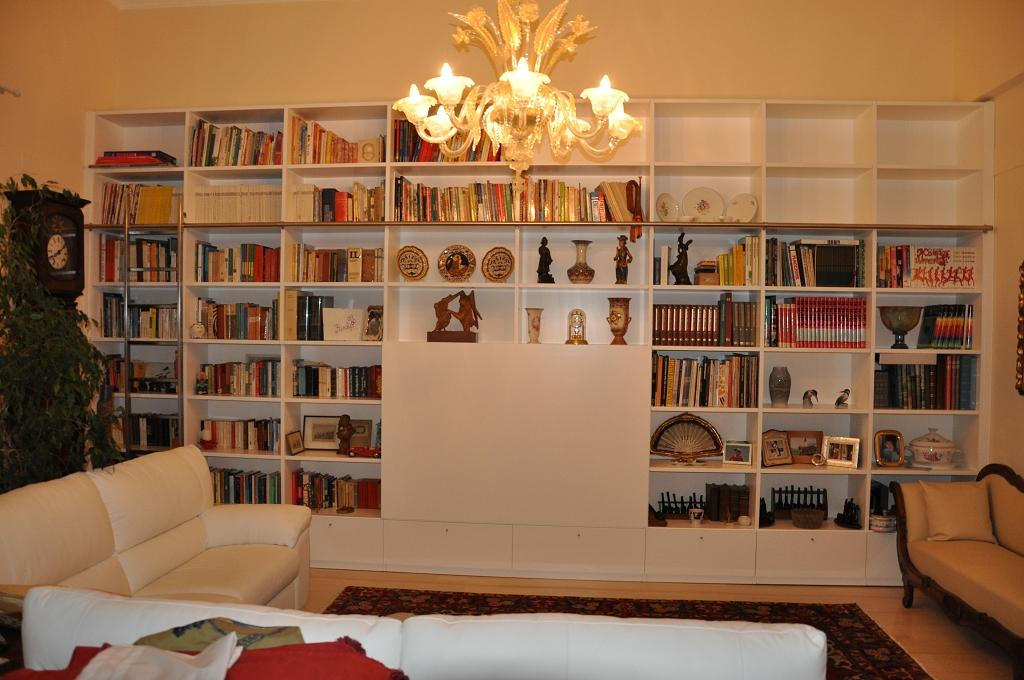 libreria su misura laccata