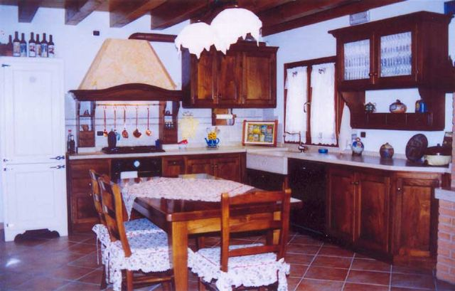 Cucina in noce rustica su misura a milano