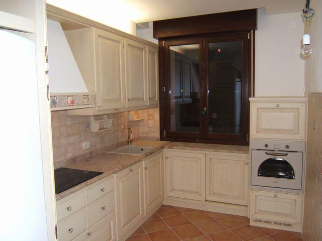 Cucina country costruita artigianalmente su misura in legno di ...