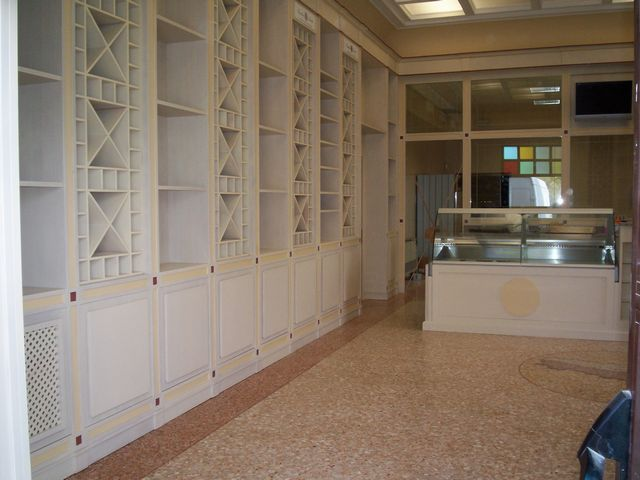 Arredamento per enoteca in legno fadini mobili cerea verona for Arredamento enoteca usato