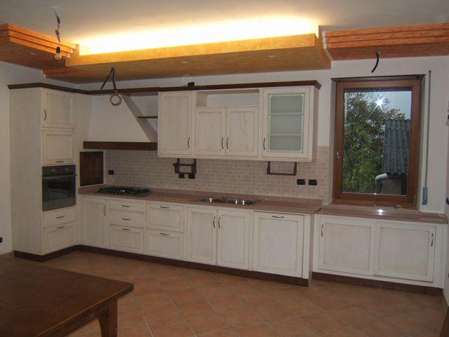 Cucina in legno laccato su misura a Bologna