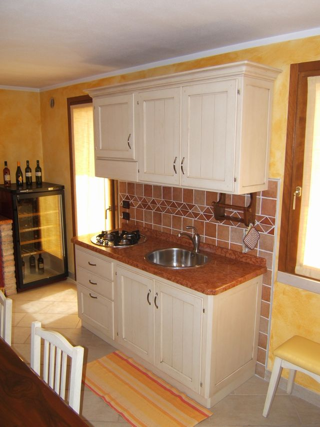Cucina country per taverna costruita in legno di rovere su - Cucine per tavernette ...