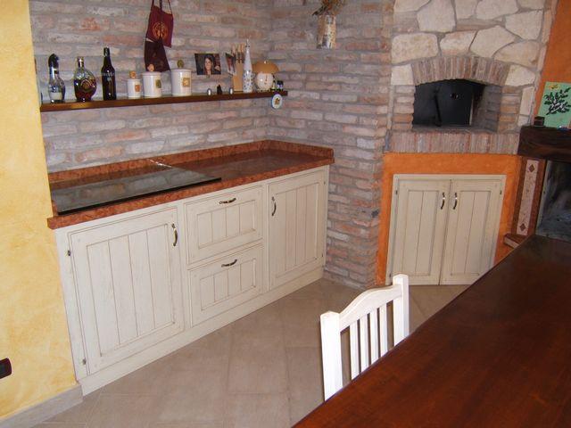 Cucina country per taverna costruita in legno di rovere su misura ...