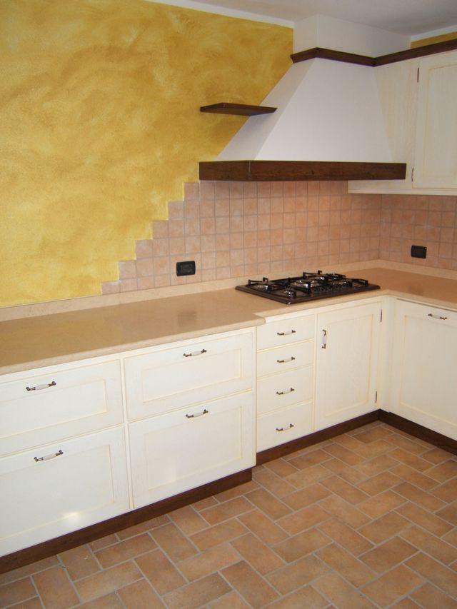 Cucina in legno laccato su misura a bologna with cucine - Piastrelle taverna ...
