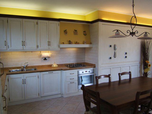 Cucina in legno laccato su misura a Verona