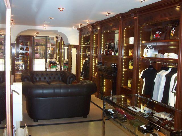 Arredamento per negozio in legno fadini mobili cerea verona for Arredamento negozi milano