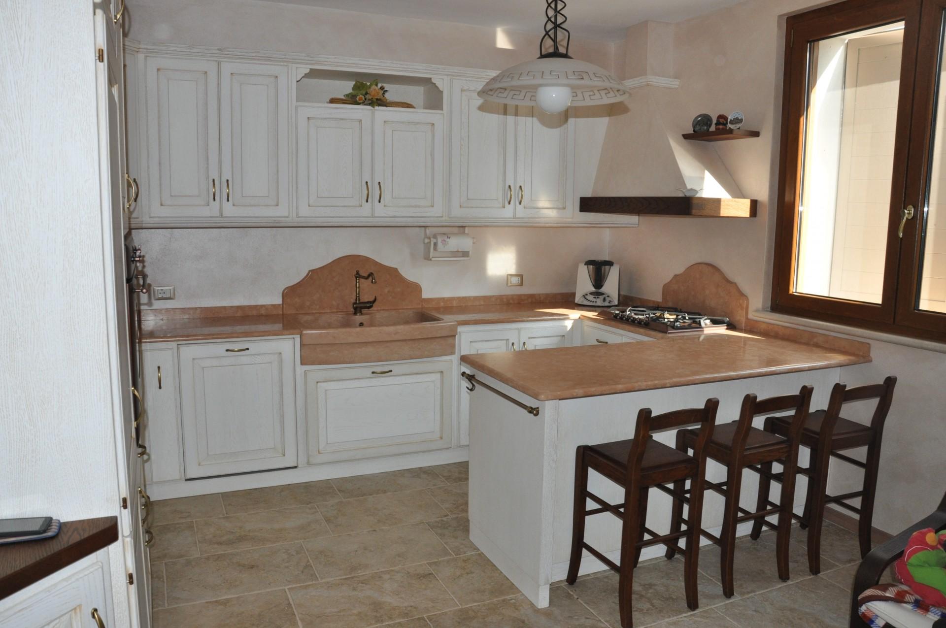 Cucina in legno con penisola fadini mobili cerea verona for Cucine in muratura country