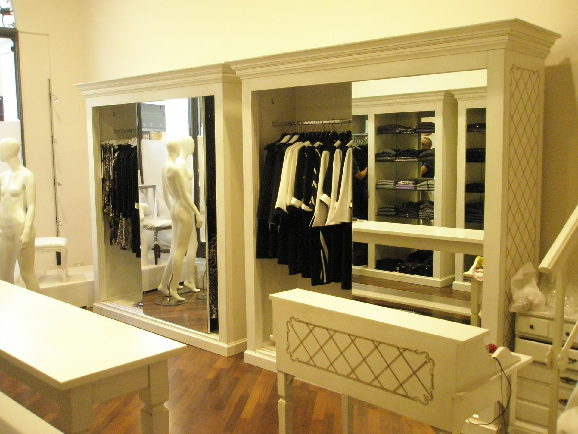 Arredamento per negozio di abbigliamento fadini mobili for Negozi mobili