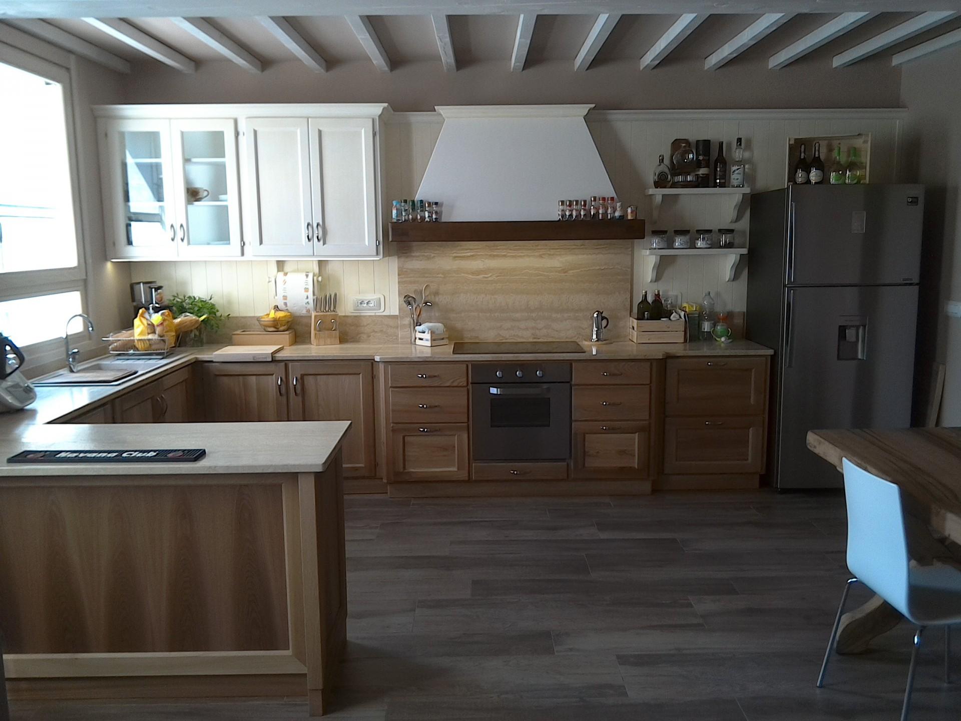 Cucina in legno di olmo fadini mobili cerea verona - Cucina rustica con isola ...