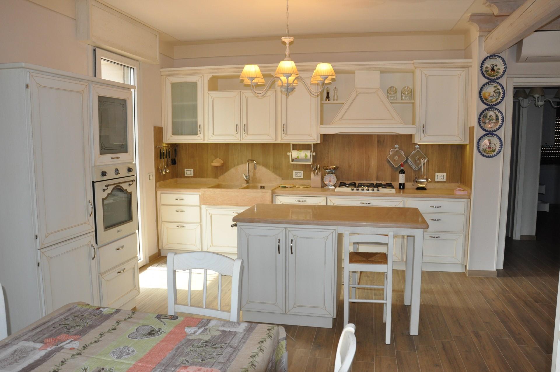 Cucina in legno laccato con isola fadini mobili cerea verona for Gambe per mobili ikea