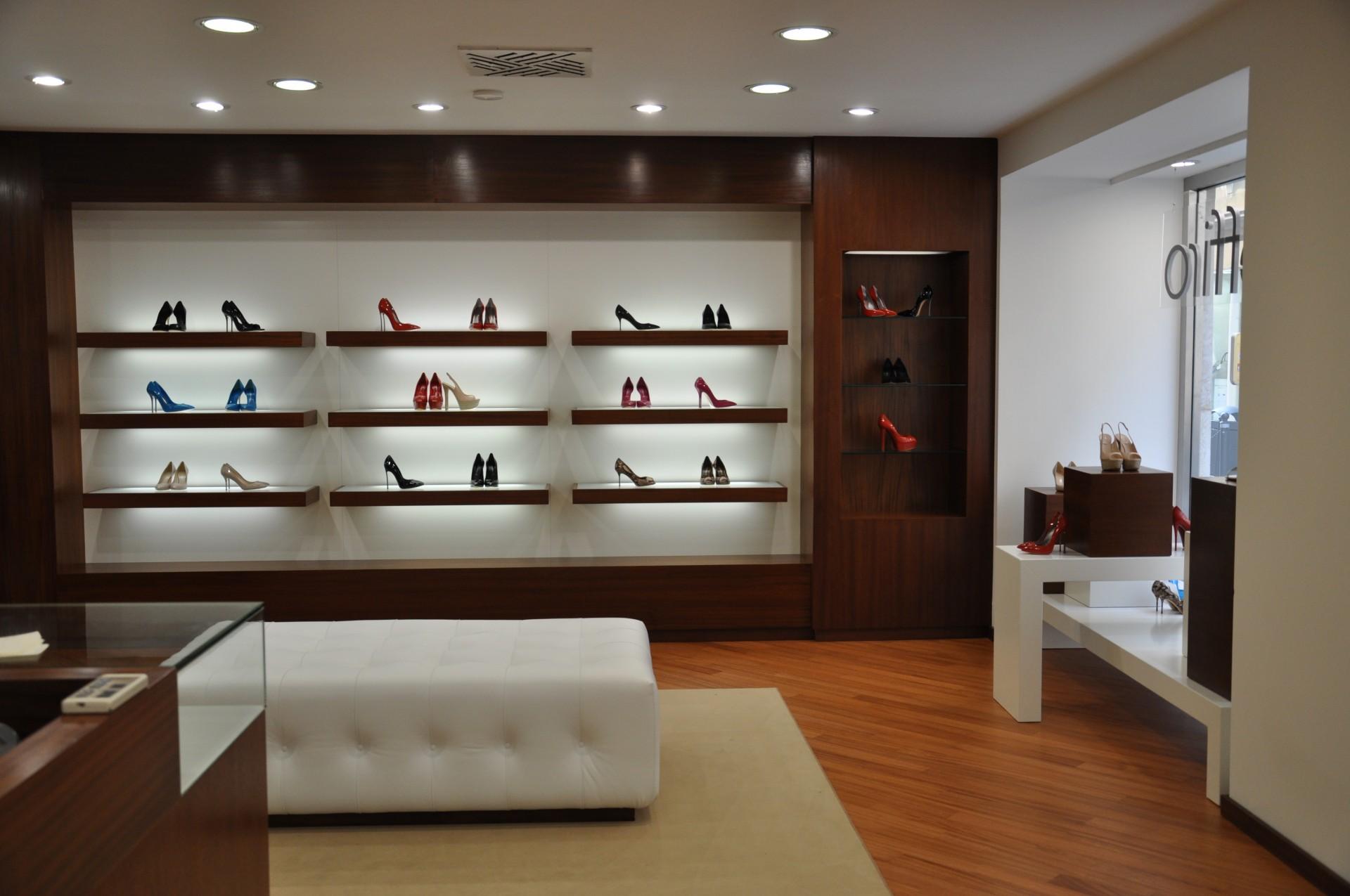 Arredamento per negozio in legno fadini mobili cerea verona for Negozi design