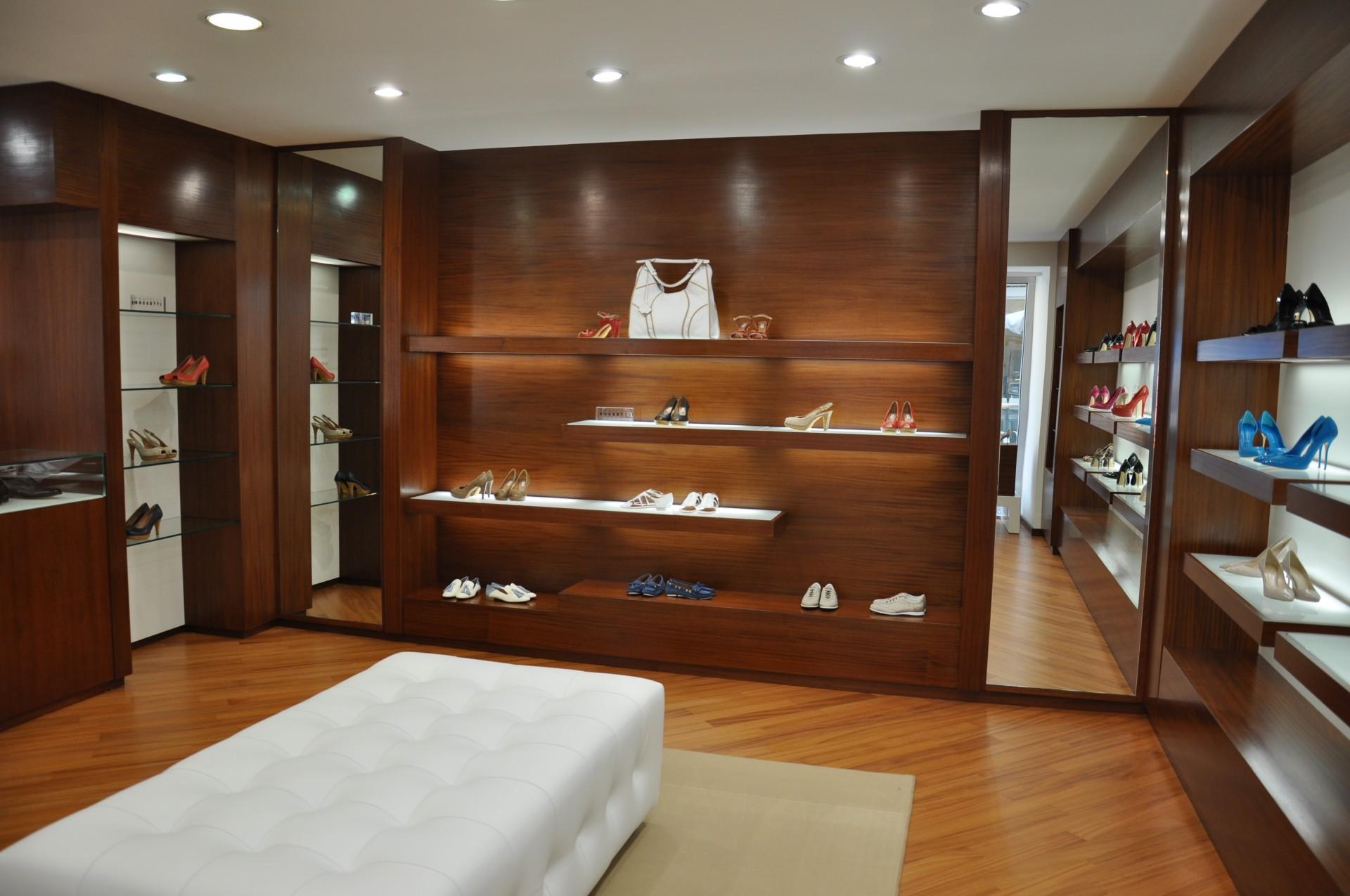 Arredamento per negozio in legno fadini mobili cerea verona for Negozi mobili