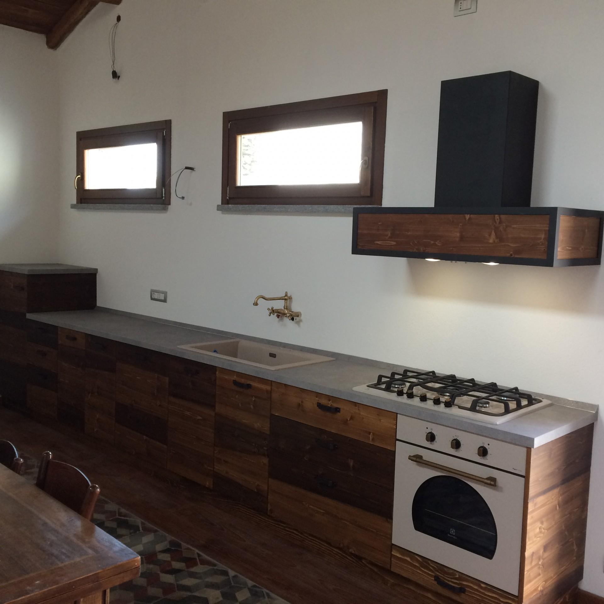 Cucina rustica in legno di abete spazzolato