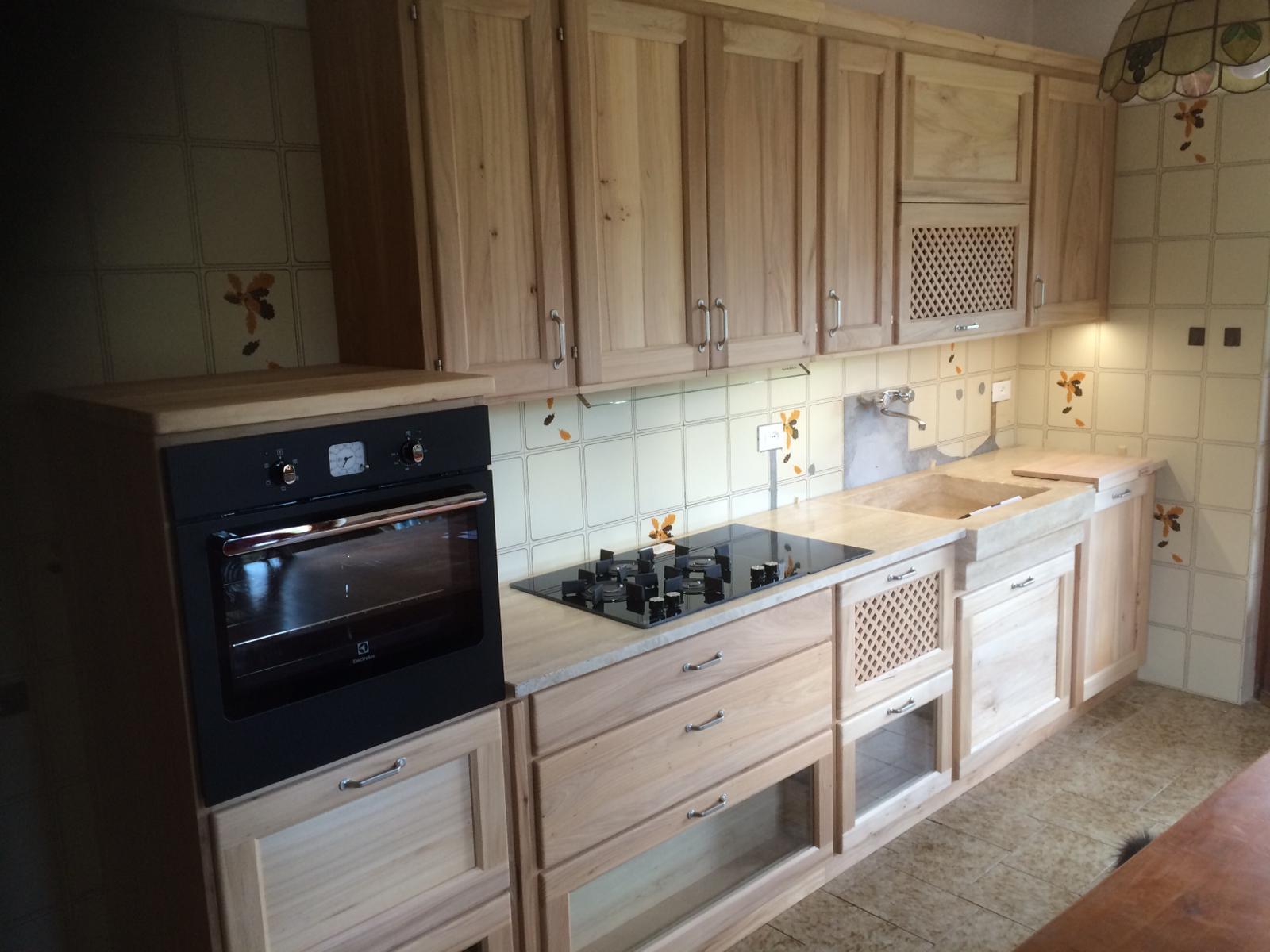 Cucina in legno di olmo naturale.