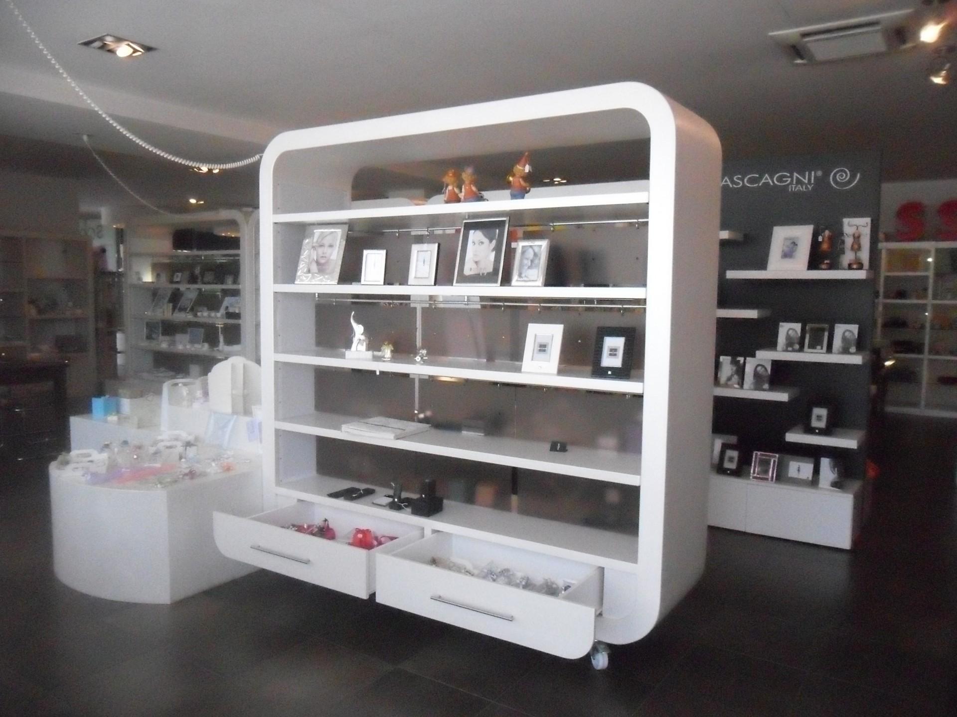 Progettazione arredamenti su misura fadini mobili cerea for Arredamento negozi milano