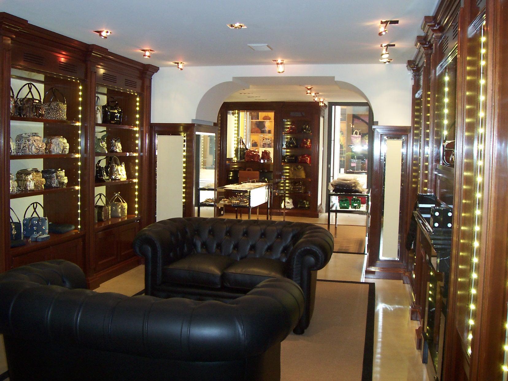 Arredamento per negozio in legno fadini mobili cerea verona for Arredamenti a verona