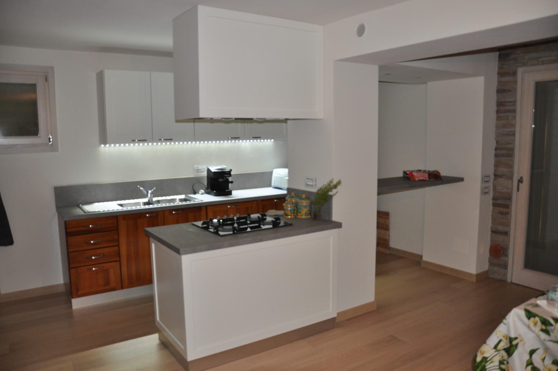 Nice cucina con bancone centrale mz53 pineglen for Bancone con angolo