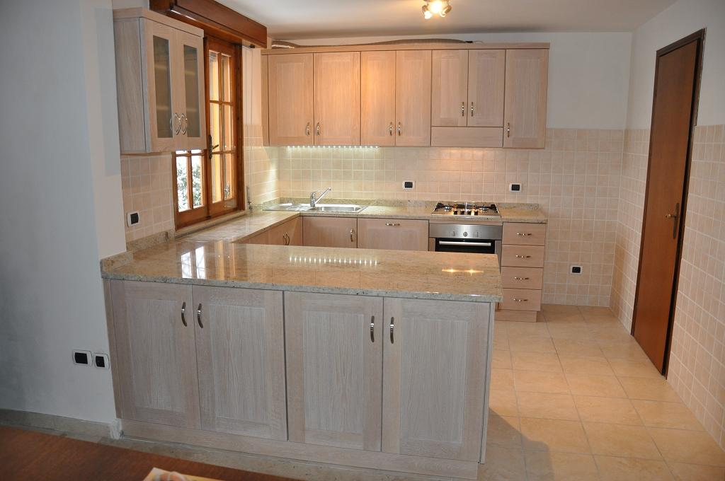 Cucine moderne con finestra sul lavello - Cucina ad angolo con finestra ...