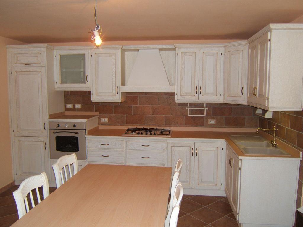 Cucina country artigianale costruita su misura in legno di - Cucina rustica con isola ...