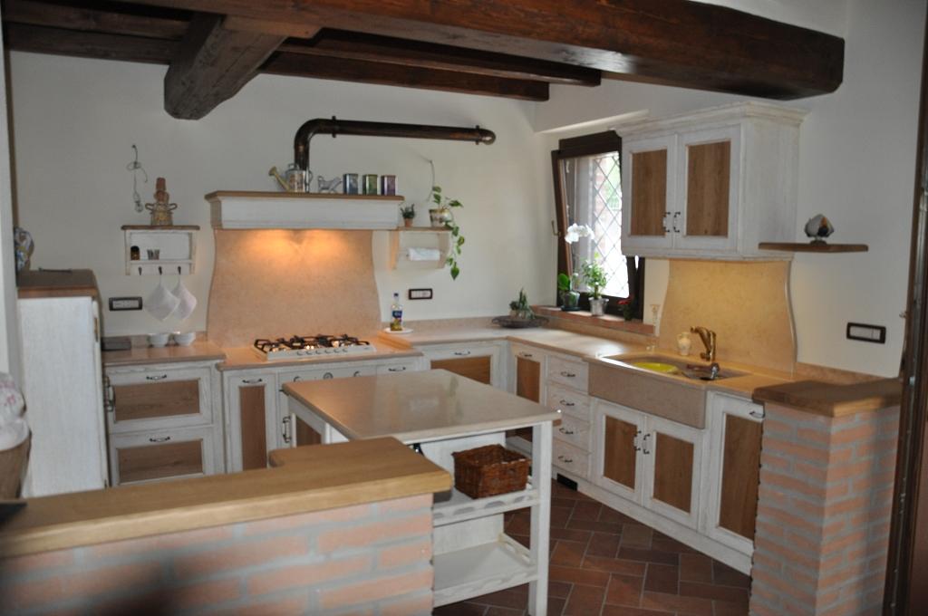 ... Cucina Rustica Con Isola In Marmo E Tetto In Legno Interior Design