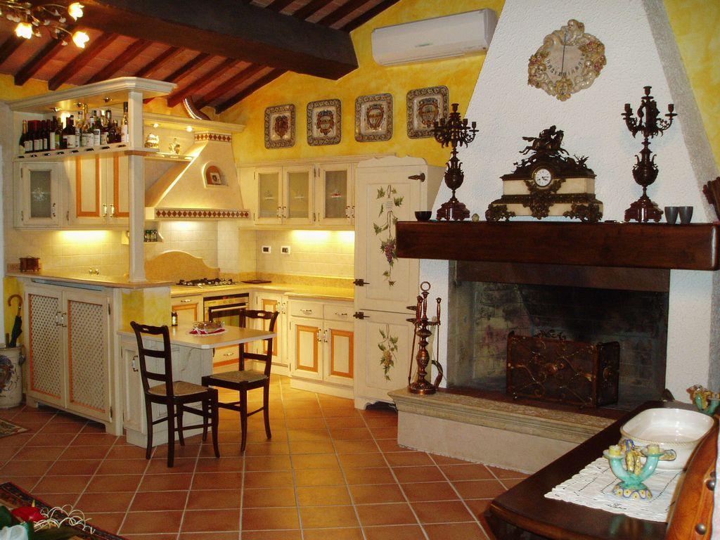 Cucina Costruita Artigianalmete Su Misura In Legno Di Rovere Laccato  #B14B0F 1024 768 Foto Cucine In Muratura Moderne