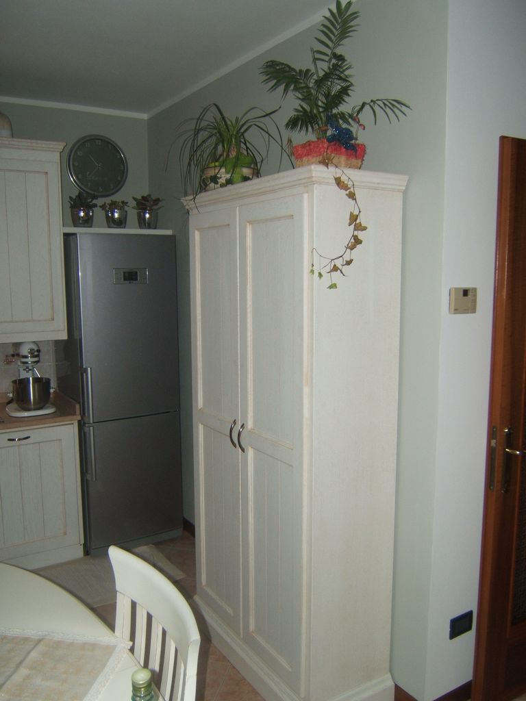 Cucina country artigianale in rovere per taverna fadini - Cucine con frigo esterno ...