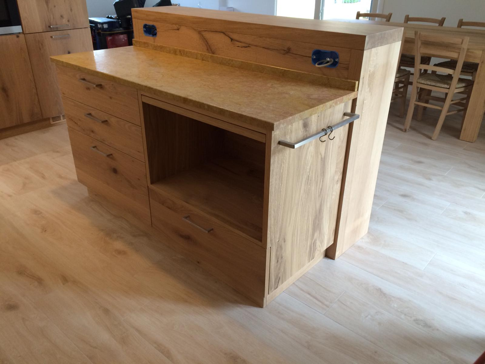 Isola in legno per cucina.