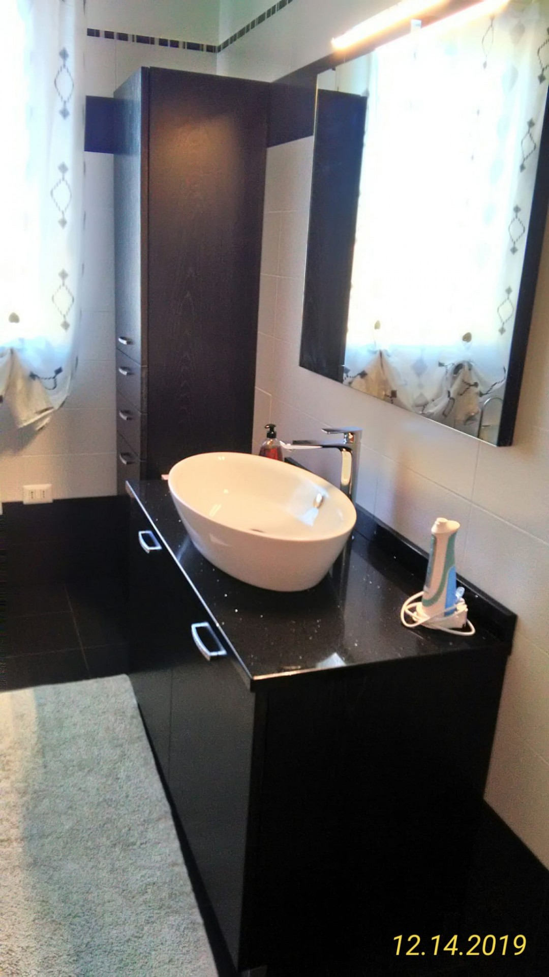 Mobile per il bagno in legno nero.