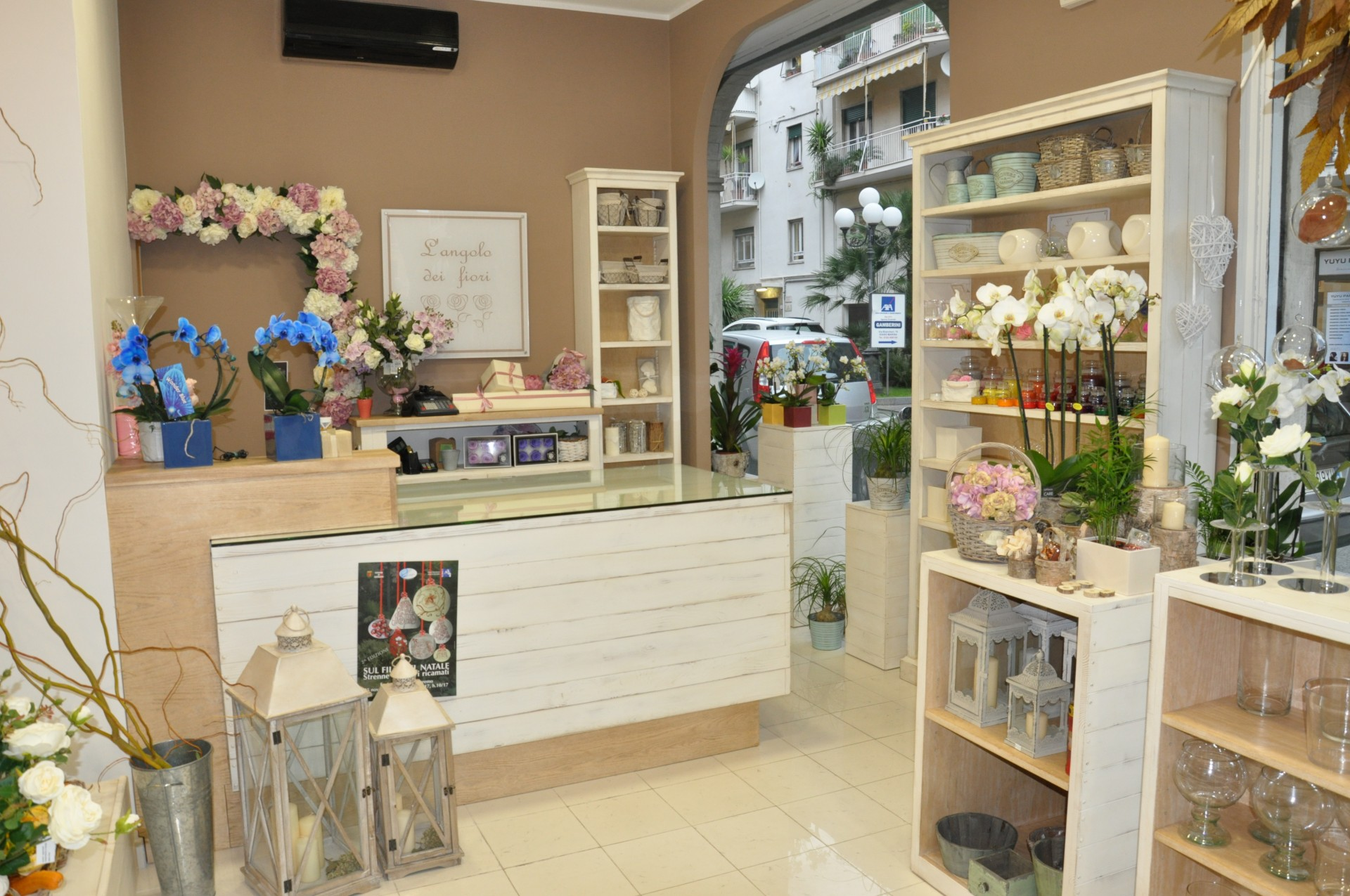 Arredamento in legno per negozio di fiori fadini mobili for Negozi arredamento verona