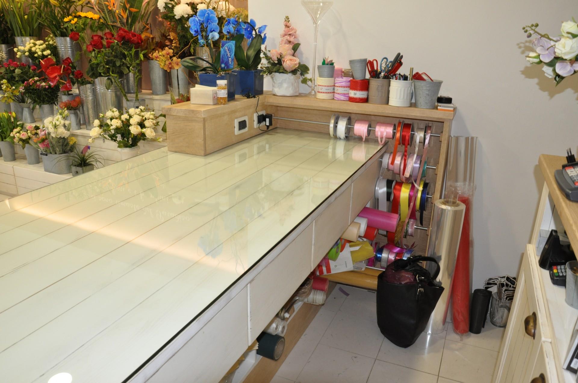 Arredamento in legno per negozio di fiori fadini mobili for Negozi di arredamento verona