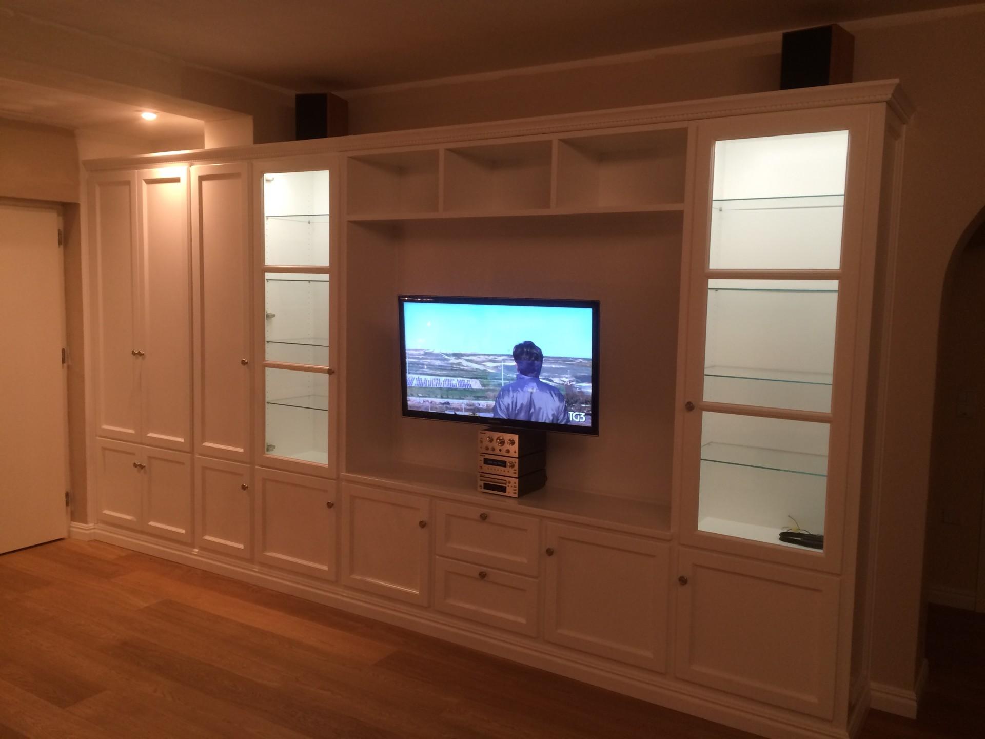 Libreria laccata con vano tv.