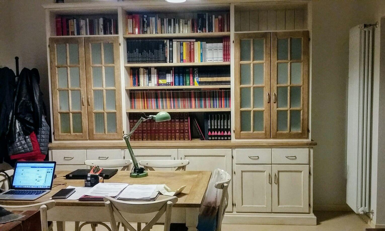 Libreria in legno di frassino laccato.