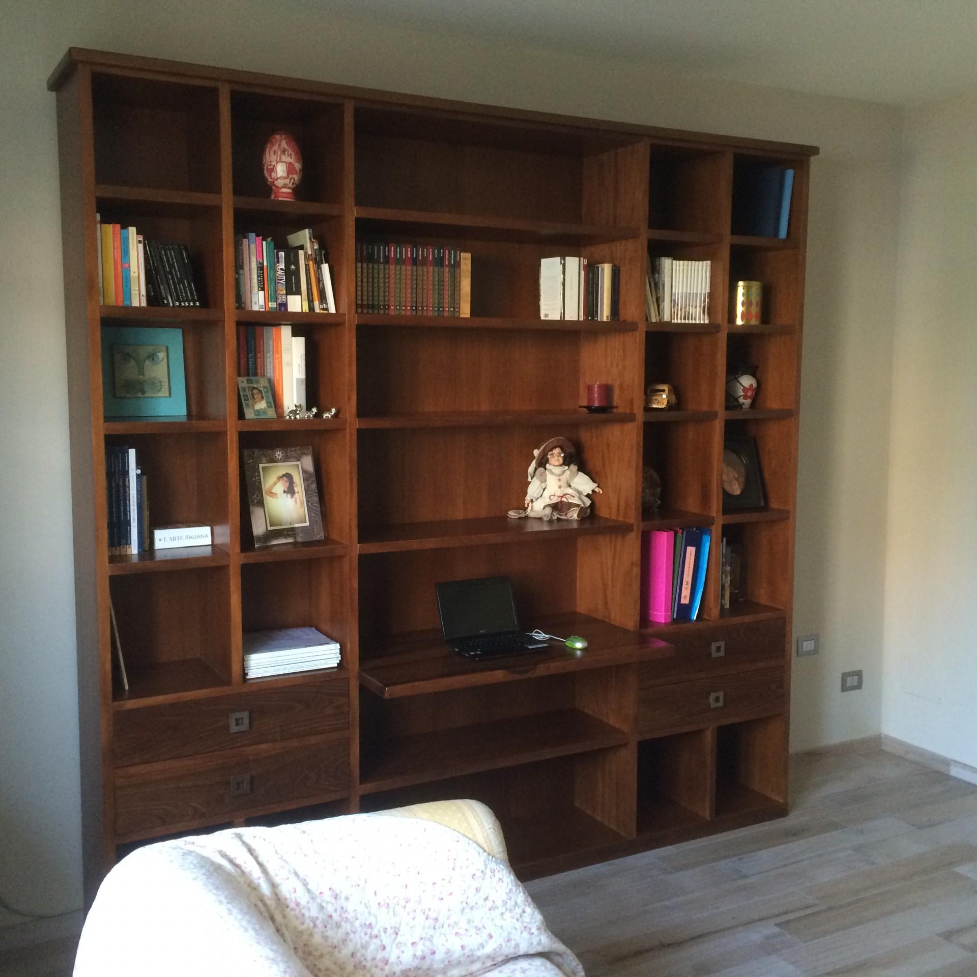 Libreria in legno di noce