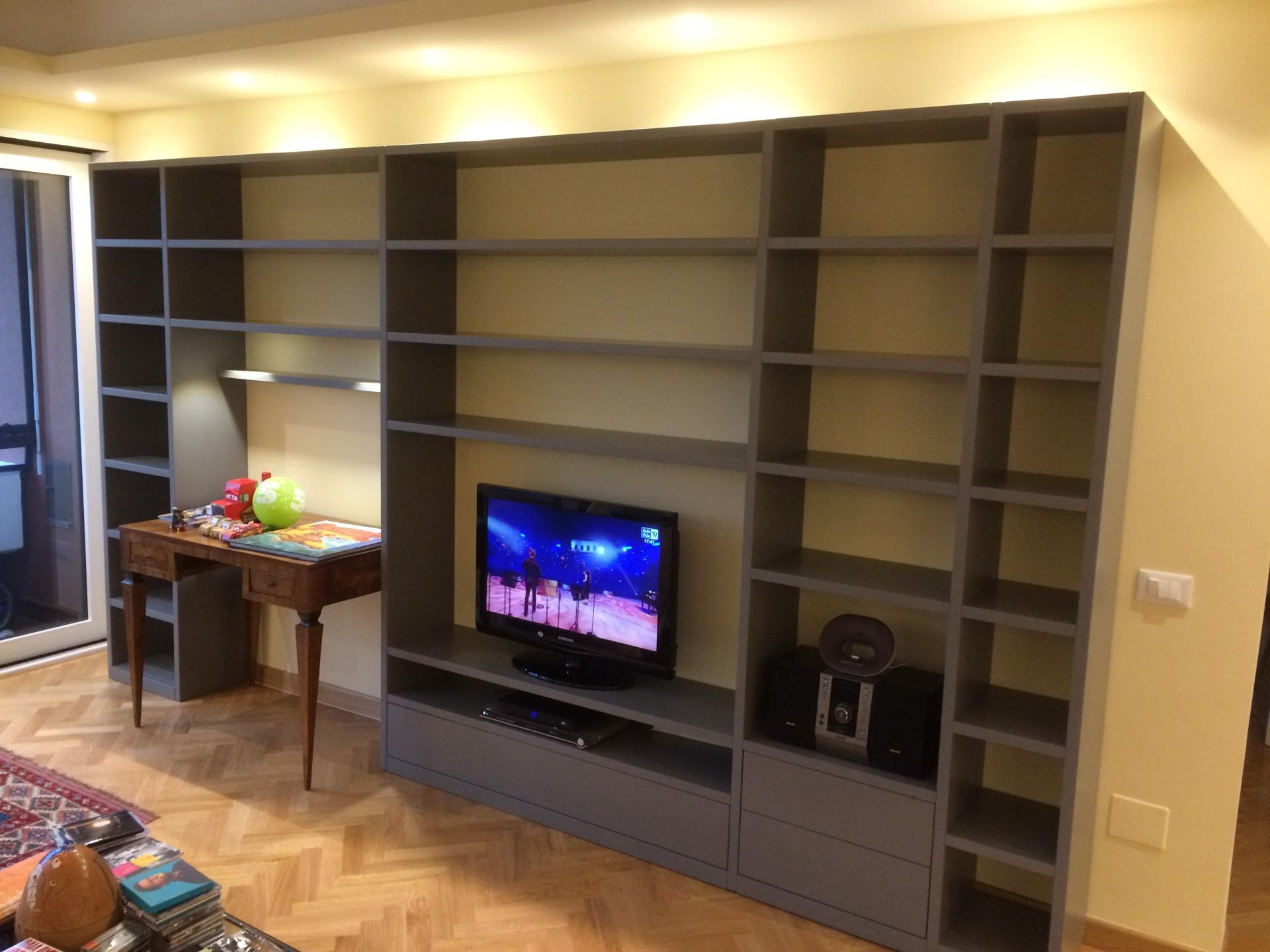 Libreria in legno laccato su misura.