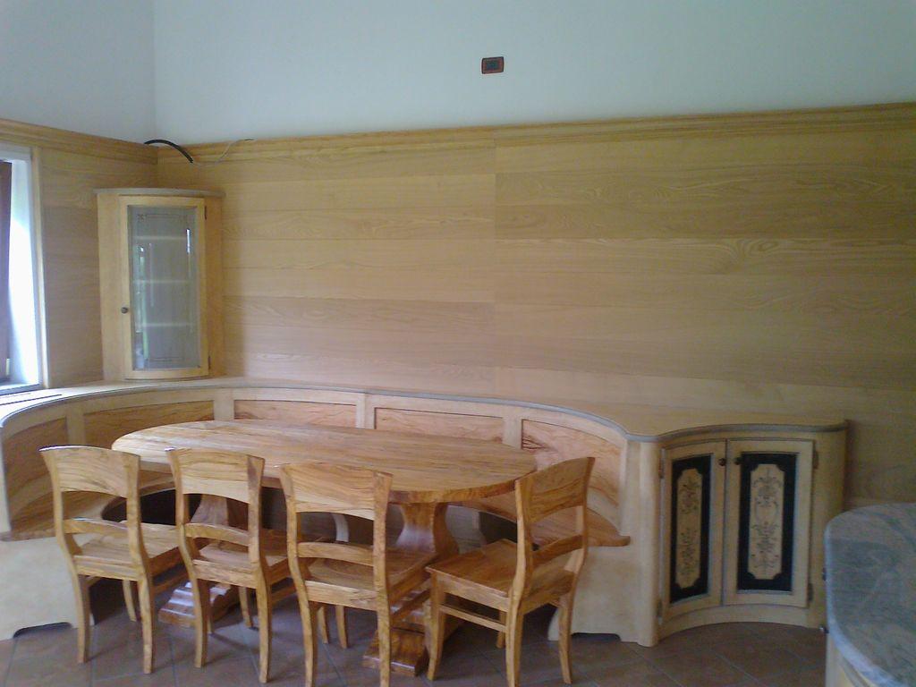 Boiserie in legno di castagno e ulivo a Bologna