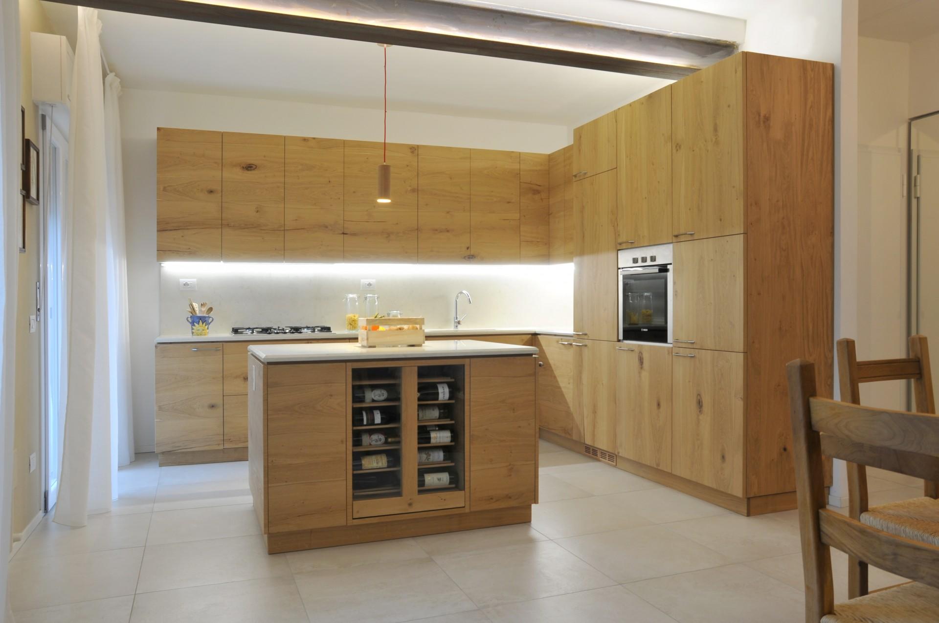 Cucina moderna con isola.