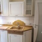 Cucina con lavello in marmo.