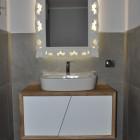 Mobile per il bagno in legno.