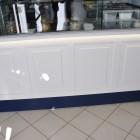 Arredamento per gelateria in legno laccato.