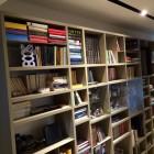 Libreria in legno laccato.