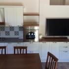 Cucina moderna con ante in legno