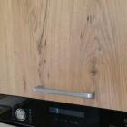 Cucina con isola in legno.