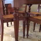 Tavolo in legno di mogano.