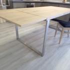 Tavolo in legno con basamento in ferro