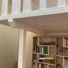 Soppalco in legno con libreria