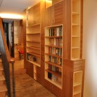 Boiserie moderna in legno di olmo costruita su misura