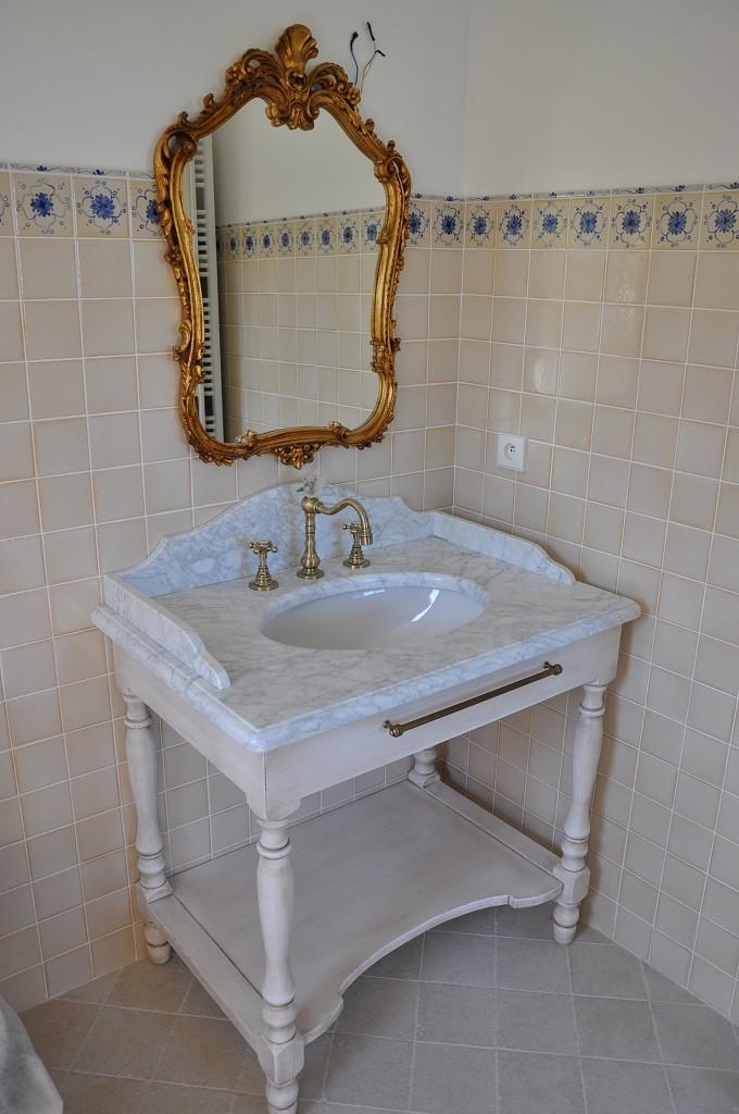 Mobile in legno laccato per bagno  a Milano