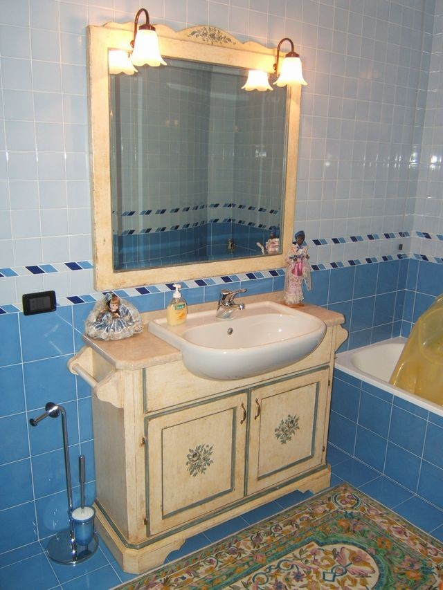 Mobile per bagno in legno laccato a Modena