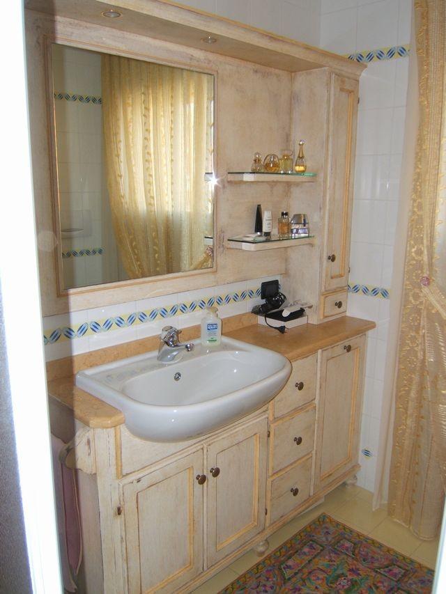 Mobile per bagno in legno laccato a Milano